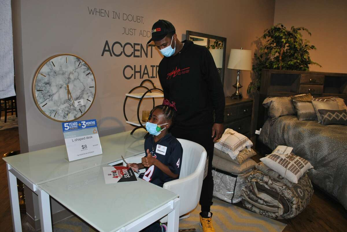 """Texans quarterback Deshaun Watson recognized the more than 1,000 Houston-area children who read nearly 5,000 books as part of his """"4 Books for #4 summer reading challenge"""" in partnership with his charitable foundation and Ashley HomeStore."""