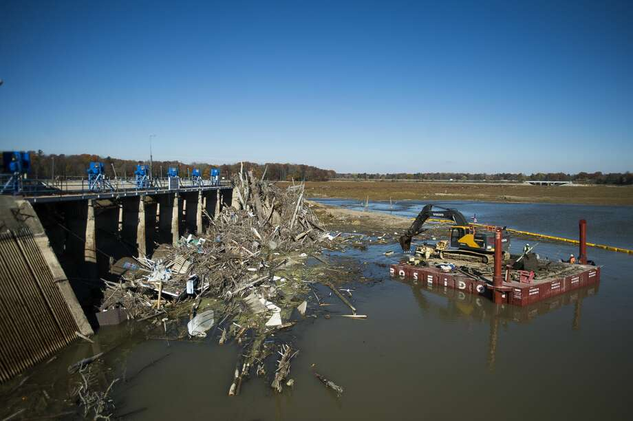 Workers with Fisher Contracting continue removing pieces of debris from the Sanford Dam Wednesday, Oct. 28, 2020 in downtown Sanford. (Katy Kildee/kkildee@mdn.net) Photo: (Katy Kildee/kkildee@mdn.net)