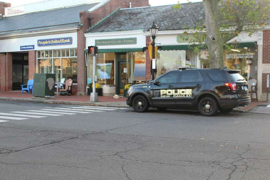 New Canaan Police outside People's United Bank at 95 Main St., which was held up at gunpoint Wednesday afternoon, Oct. 28. Photo: John Kovach / Hearst Connecticut Media / New Canaan Advertiser