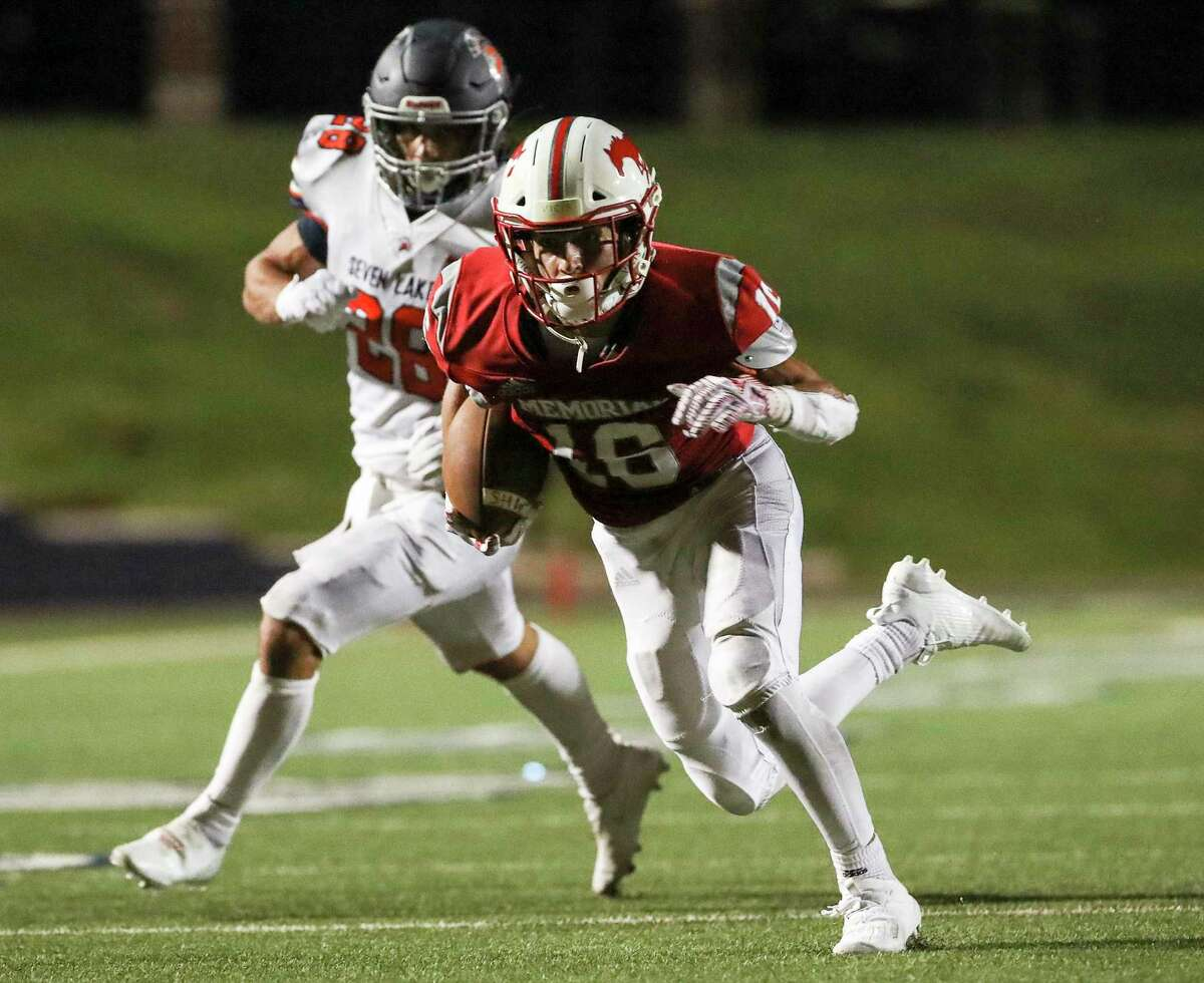 Memorial Mustangs running back Carson Zahn (16) rushes on his way to a touchdown during the second half of a football game Thursday, Sept. 24 2020, at Darrell Tully Stadium in Houston.