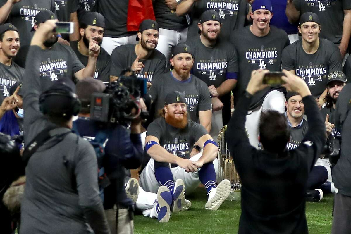 The Dodgers' Justin Turner (seated, center) was maskless in the team photo despite just learning that he had the coronavirus.