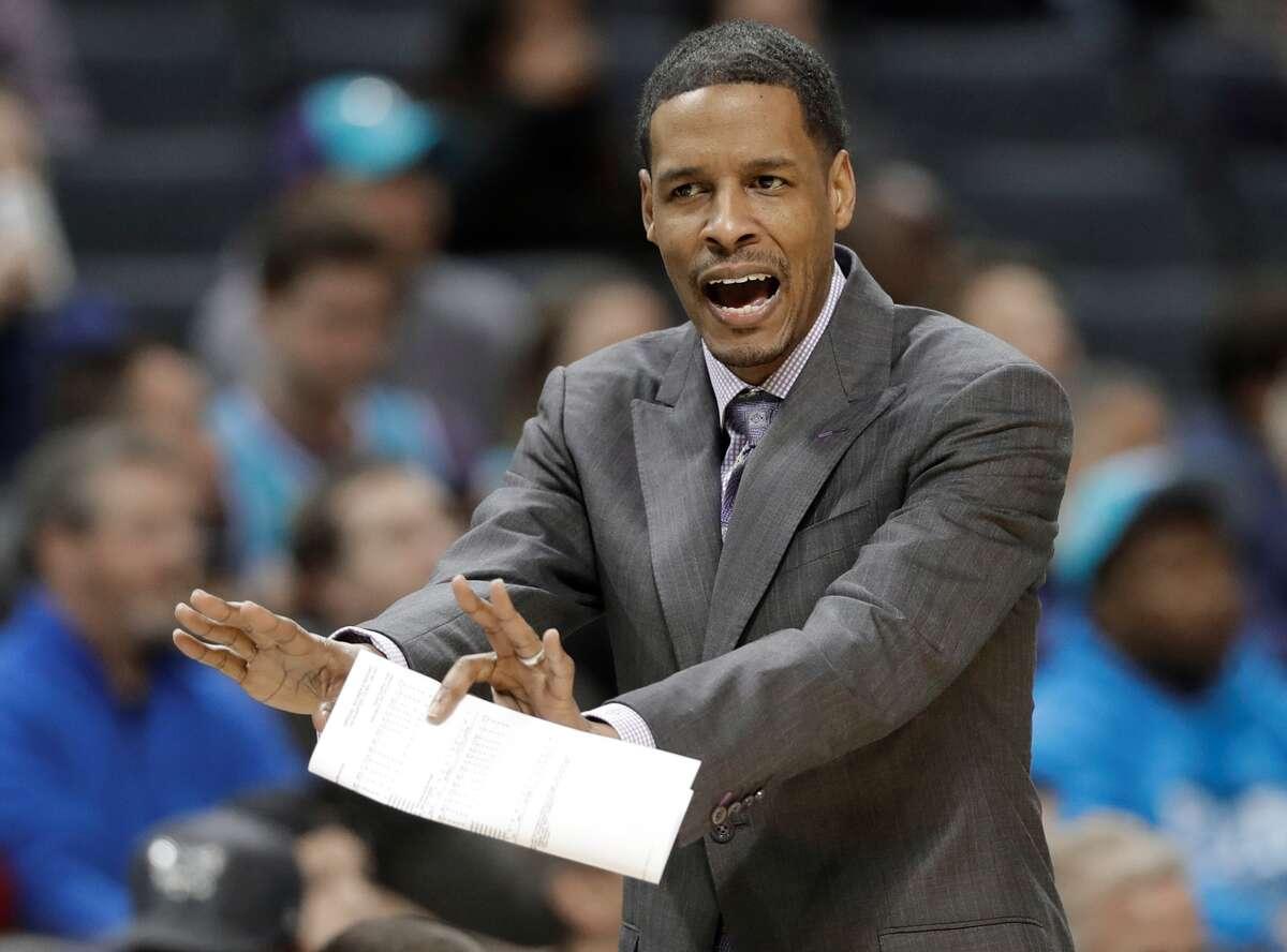 Stephen Silas, en foto de archivo, como asistente técnico en un juego de Dallas Mavericks en la NBA.