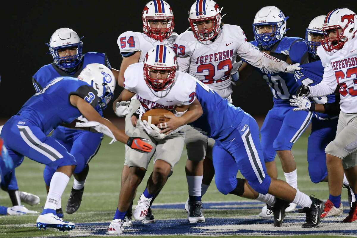Jefferson's Joel Lozano runs the ball during their game against Lanier at Alamo Stadium, Thursday, Oct. 29, 2020.