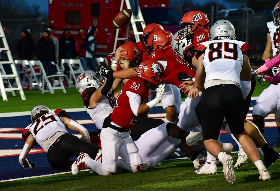 Plainview suffered a 42-6 loss to Lubbock-Cooper in a District 3-5A Division II football game in Greg Sherwood Memorial Bulldog Stadium on Friday, Oct. 30, 2020. Photo: Nathan Giese/Planview Herald
