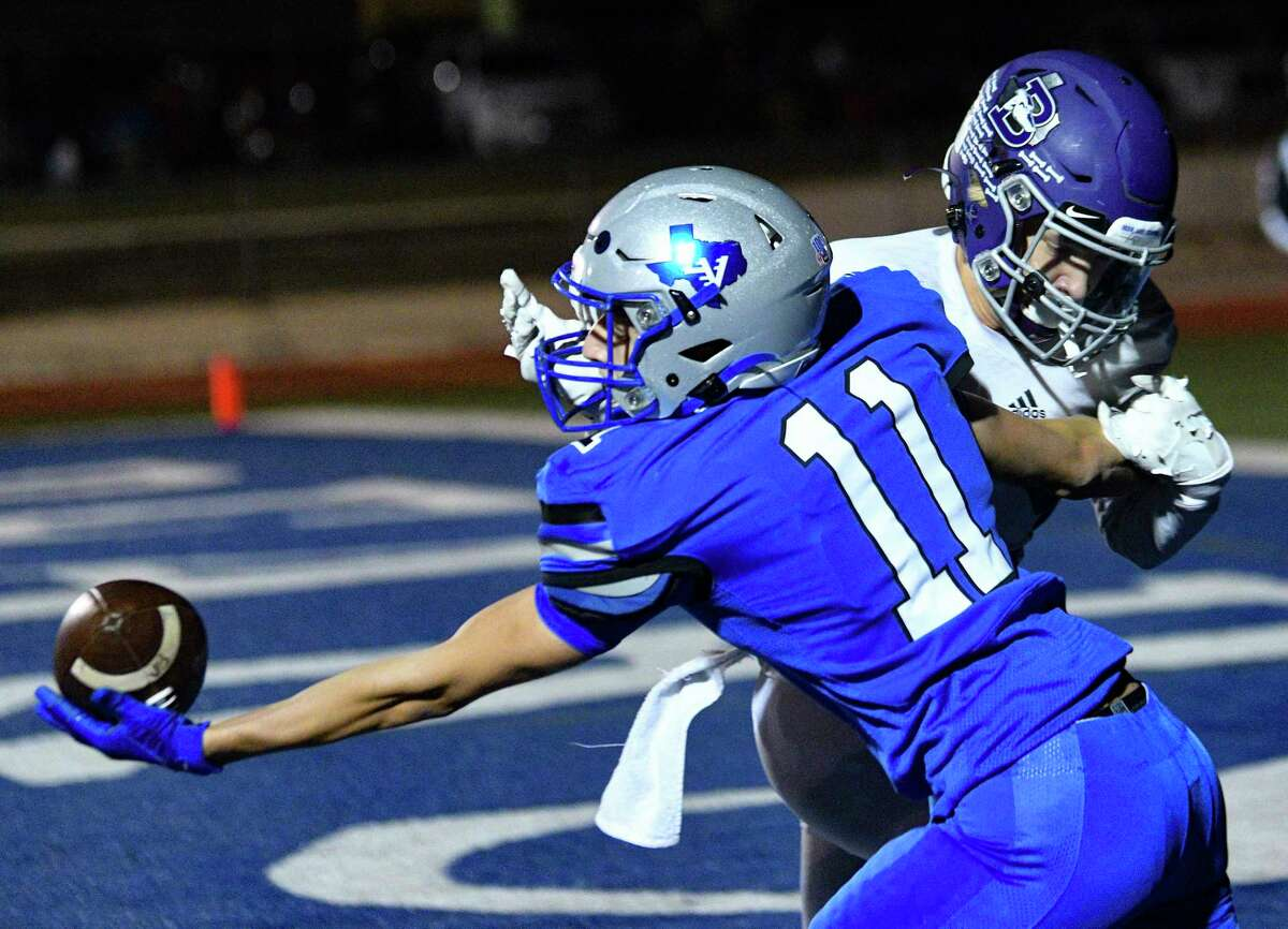 La Vernia receiver Kolban Mills (11) makes a one-handed touchdown reception as Aaron Oviedo of Boerne defends during high school football action at Bear Stadium in La Vernia on Friday, Oct. 30, 2020.
