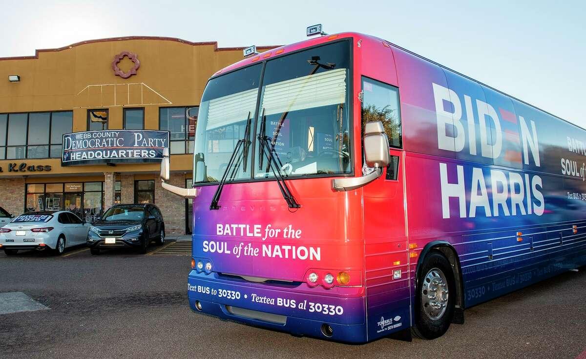 Seguidores del candidato presidencial Joe Biden se reúnen en el exterior del Cuartel del Partido Demócrata en el Condado de Webb, el viernes 30 de octubre de 2020 al dar la bienvenida al autobús del recorrido Biden para Presidente Soul of the Nation.