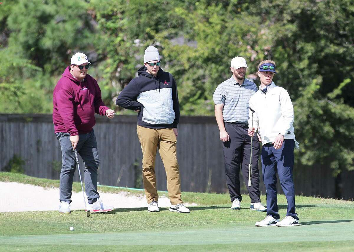 J.T. Dannhaus, Tyler Duffy, and Tal Tebauche all look on as Will Hutchins, cousin of Adam Skinner, eyes his shot on the green.