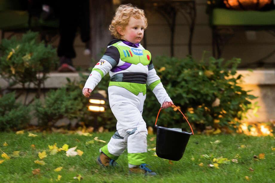 Families go trick-or-treating in neighborhoods across Midland Saturday, Oct. 31, 2020. (Katy Kildee/kkildee@mdn.net) Photo: (Katy Kildee/kkildee@mdn.net)