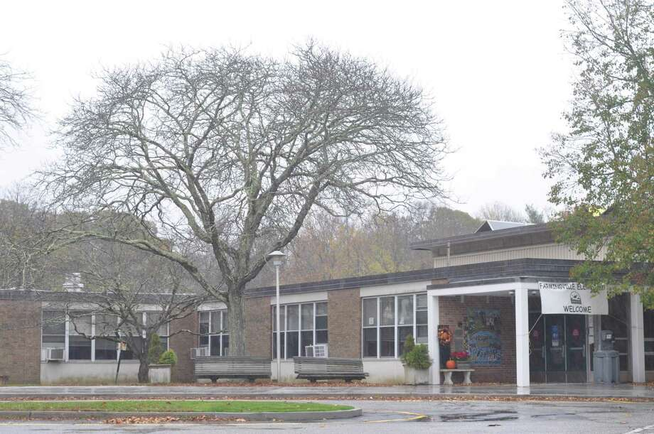 Farmingville Elementary School, with a COVID-19 case announced Monday mornning, Nov. 2, becomes the sixthh of nine RIgefiled Schools to have at least one COVID case this year. Photo: Macklin Reid