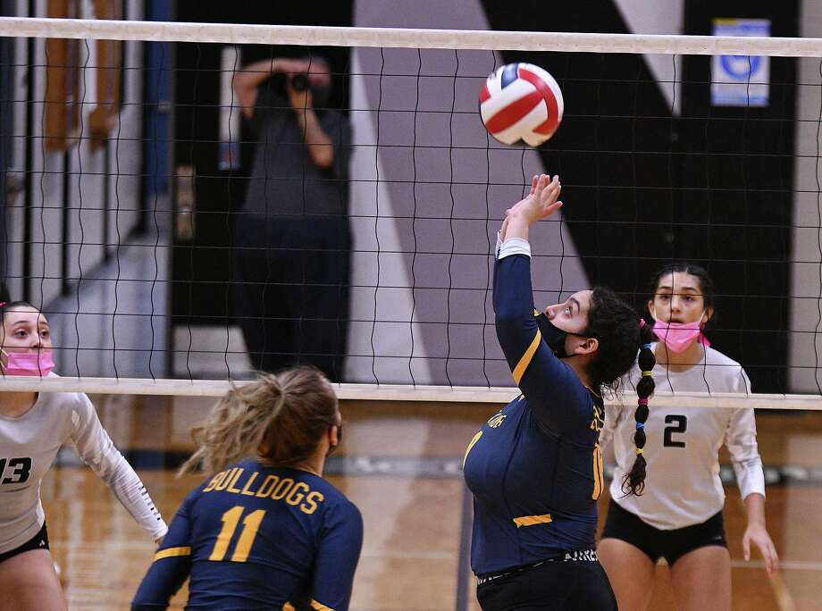 Rebekah Bustamante and the Lady Bulldogs swept the Lady Panthers on Saturday. Photo: Cuate Santos /Laredo Morning Times / Laredo Morning Times
