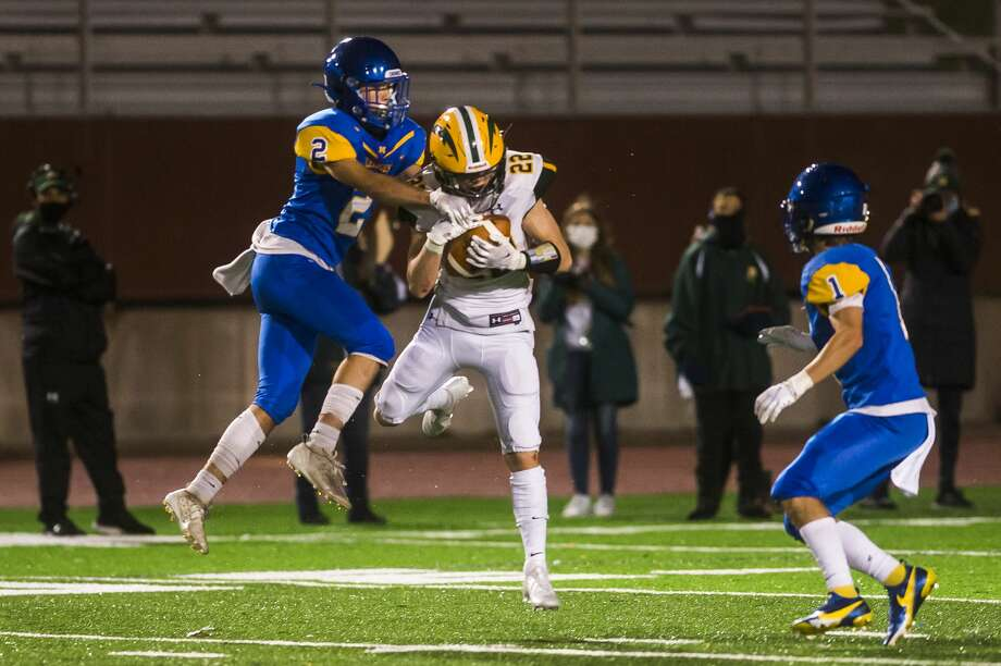 Dow High's Carter Kohtz makes a catch in front of Midland High's Ty Smith during an Oct. 23, 2020 game. Photo: Daily News File Photo