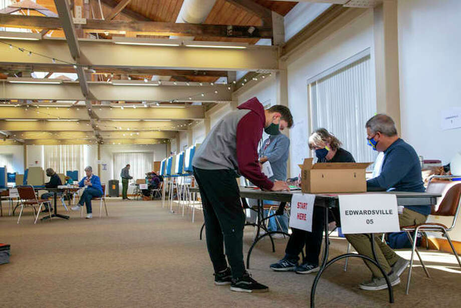 Large numbers of voters turnout in Edwardsville and surrounding areas Tuesday for the 2020 presidential election. Photo: Tyler Pletsch | The Intelligencer
