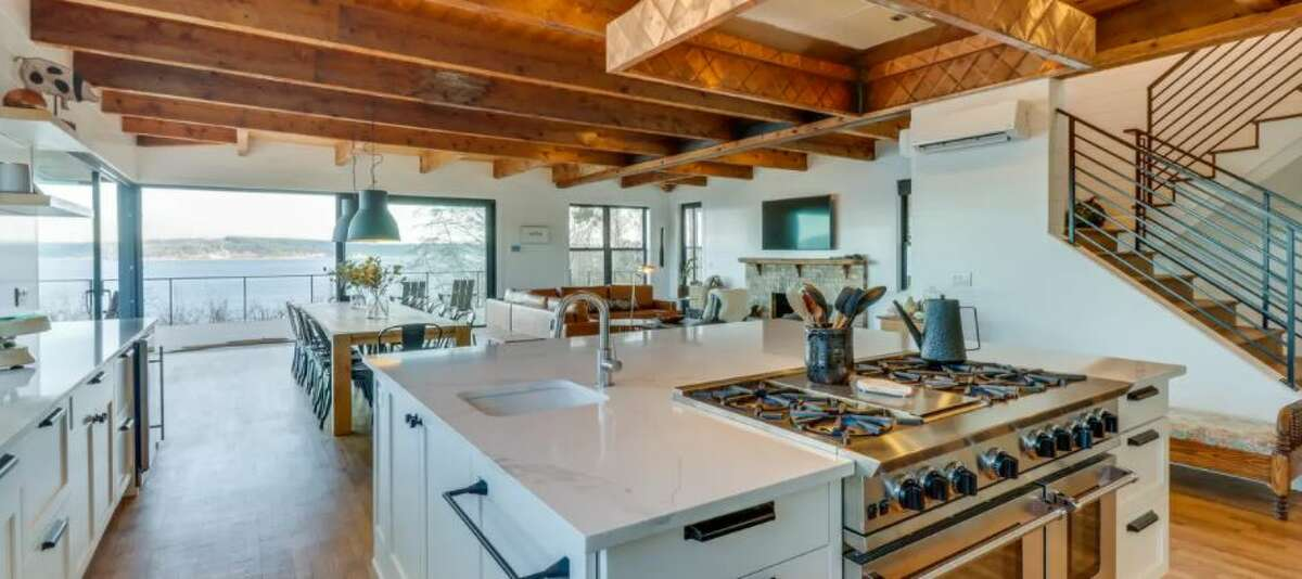 Given Whidbey Island is already a hot spot for all things shellfish, the home divvies out a waterfront patio primed for clambakes. Inside, lucky renters can indulge in an open layout where the kitchen, dining room and living area all congregate into one smooth space for cooking and chatting synonymously.