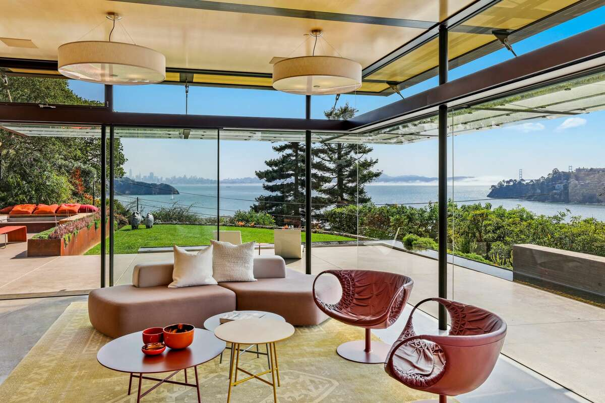 The setting and expansive use of glass afford views of the Golden Gate Bridge, downtown San Francisco and Mount Tamalpais.