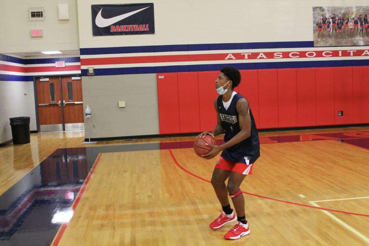 Atascocita guard Kaleb Stewart practcing jump shots at practice.