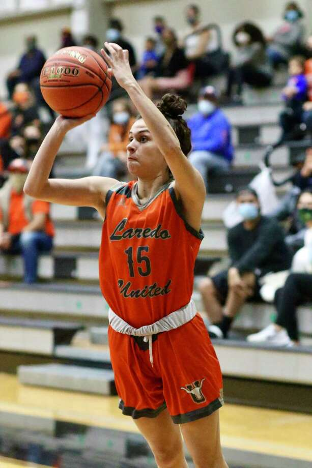 Bella Lopez and United fell 71-56 Friday at No. 8 Cibolo Steele in their season opener. Photo: Clara Sandoval /Laredo Morning Times