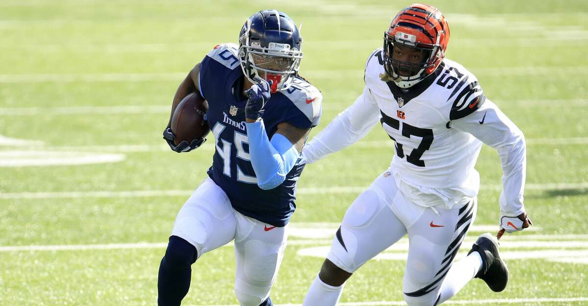 Running back D'Onta Foreman #45 of the Tennessee Titans runs with the ball away from Germaine Pratt #57 of the Cincinnati Bengals in the first half of the game at Paul Brown Stadium on November 01, 2020 in Cincinnati, Ohio. (Photo by Andy Lyons/Getty Images)