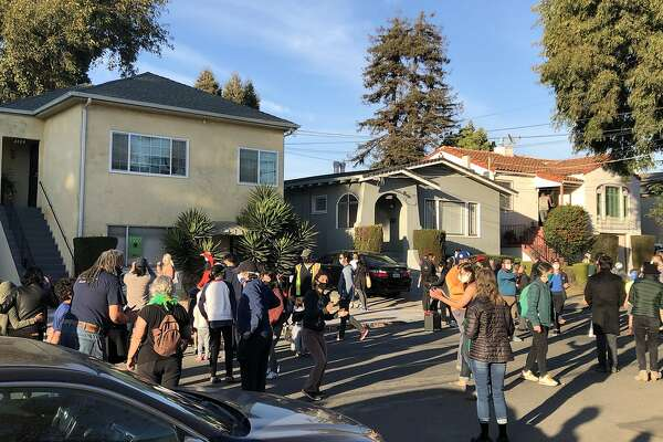 Outside Kamala Harris Childhood Home In Berkeley An Impromptu Dance Party Takes Over The Street Sfchronicle Com