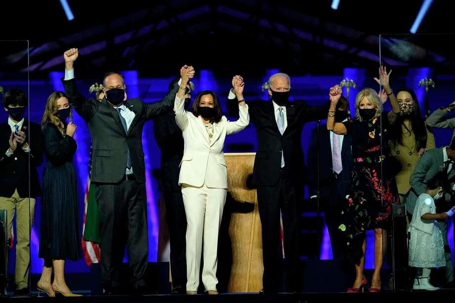 De izquierda a derecha, Doug Emhoff, esposo de la vicepresidenta electa Kamala Harris, Harris, el presidente electo Joe Biden y su esposa Jill Biden el sábado 7 de noviembre de 2020, en Wilmington, Delaware. Photo: Andrew Harnik /Pool /AFP Via Getty Images / AFP
