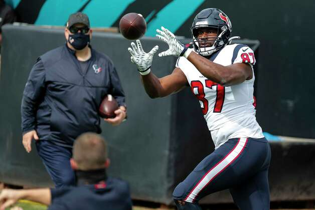 Houston Texans tight end Darren Fells (87) reaches out to make a catch while warming up before an NFL football game at TIAA Bank Field Sunday, Nov. 8, 2020, in Jacksonville. Photo: Brett Coomer, Staff Photographer / © 2020 Houston Chronicle