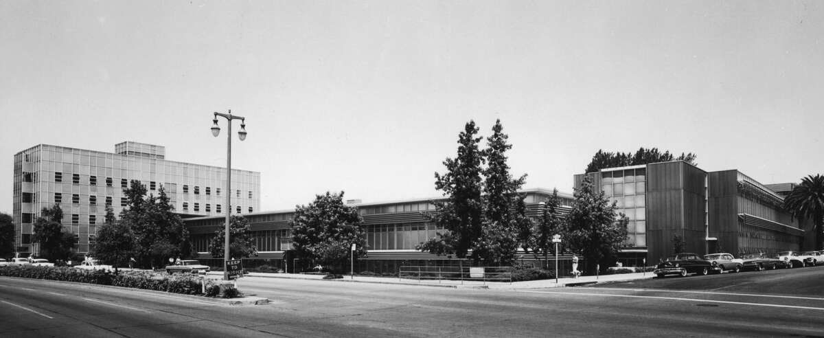 Oakland Kaiser Permanente hospital, 1961, on Howe Street. The facility has since been torn down and is currently an empty field pending further plans. The pediatric wing was in the old Fabiola hospital building (recently refurbished) to the left.