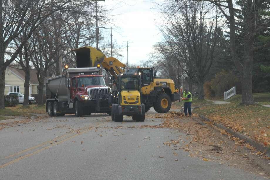 The City of Manistee began leaf pickup last week. Photo: Erin Glynn/News Advocate