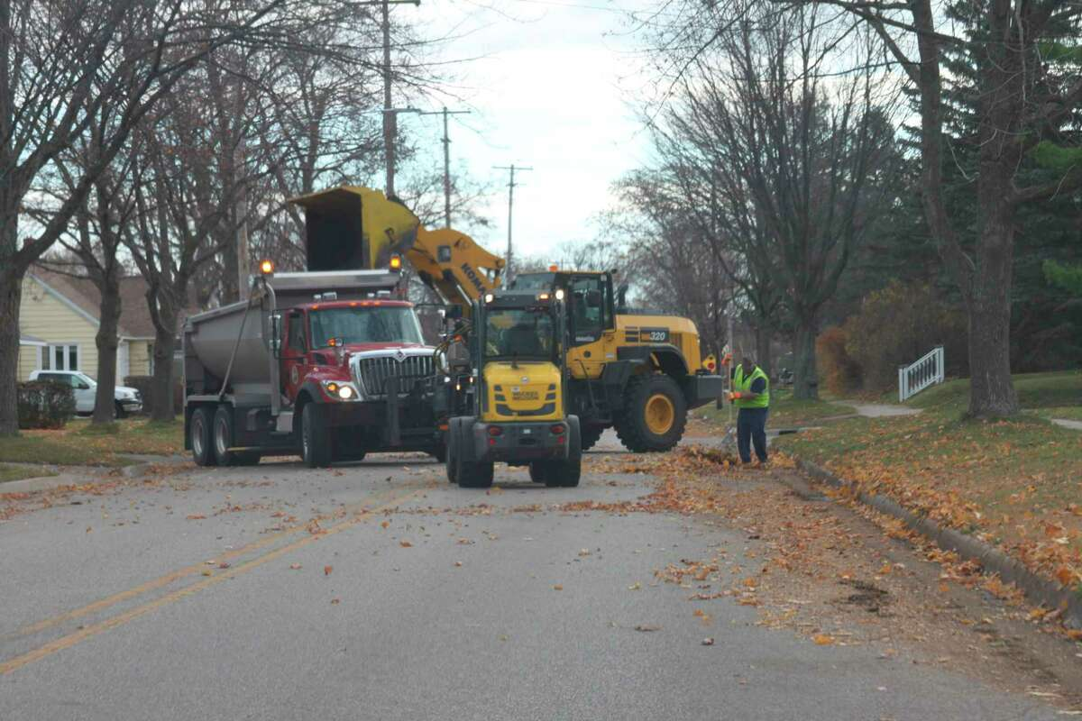 The City of Manistee began leaf pickup last week and continued on Monday. (Erin Glynn/News Advocate)