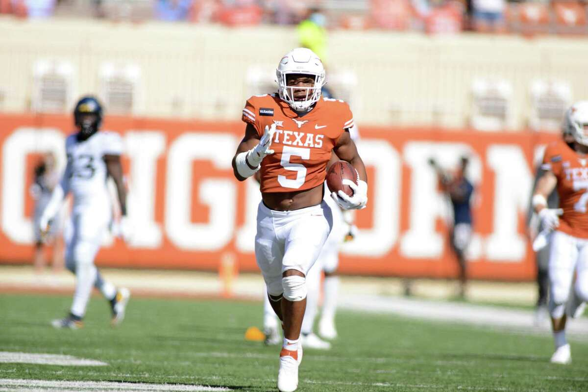 AUSTIN, TX - NOVEMBER 07: Texas Longhorn RB Bijan Robinson runs for yardage during Big XII game featuring the West Virginia Mountaineers and the Texas Longhorns on November 7, 2020, at Darrell K Royal-Texas Memorial Stadium in Austin, TX. (Photo by John Rivera/Icon Sportswire via Getty Images)
