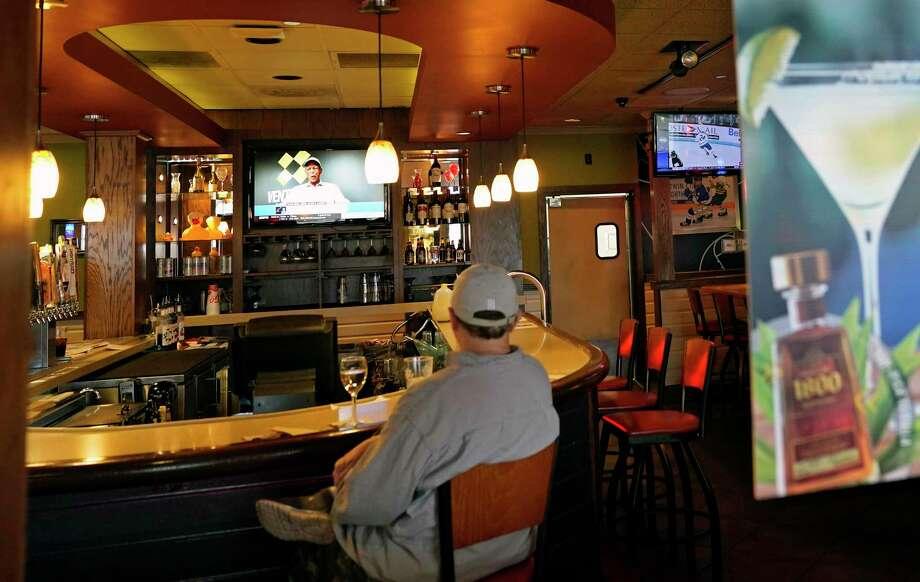 Un cliente sentado en un bar en Bloomington, Minnesota, el martes 10 de noviembre de 2020. (AP Photo/Jim Mone) Photo: Jim Mone /Associated Press / Copyright 2020 The Associated Press. All rights reserved