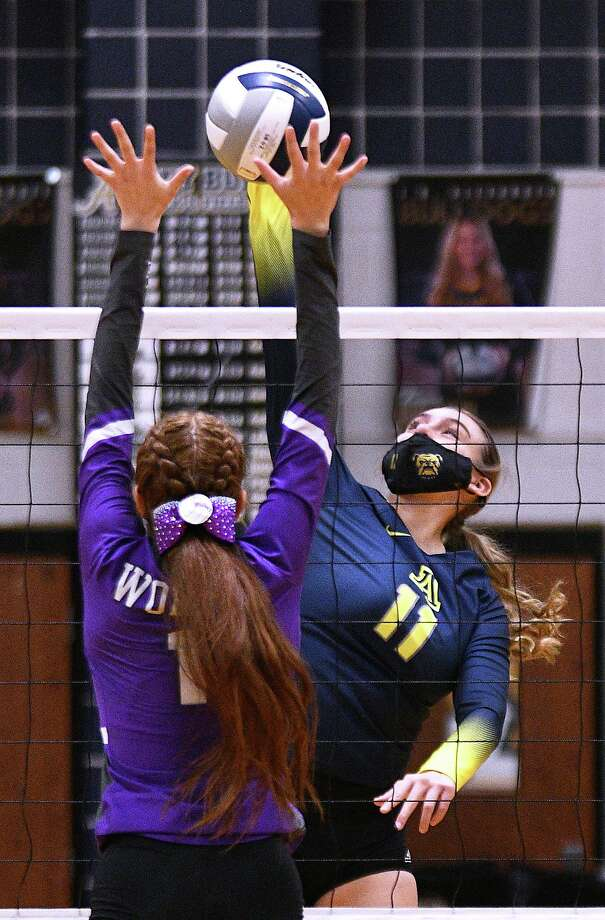 Kayra Guajardo and Alexander won their final home match of the season Tuesday sweeping LBJ 3-0 to stay in the race for the District 30-6A title. Photo: Cuate Santos / Laredo Morning Times / Laredo Morning Times