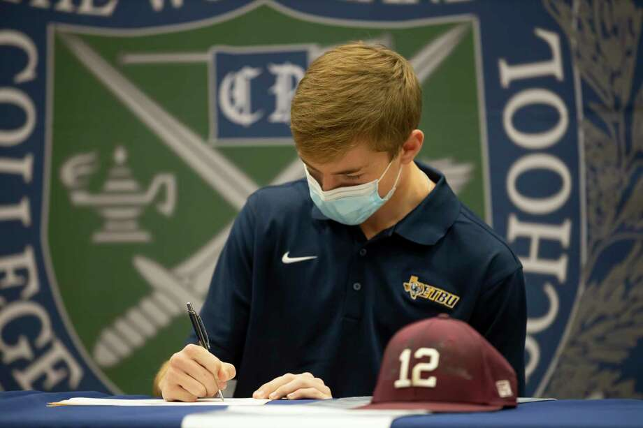 Carson Nolen signs with East Texas Baptist University for National Signing Day at College Park, Wednesday, Nov. 11, 2020, in The Woodlands. Photo: Gustavo Huerta, Houston Chronicle / Staff Photographer / 2020 © Houston Chronicle
