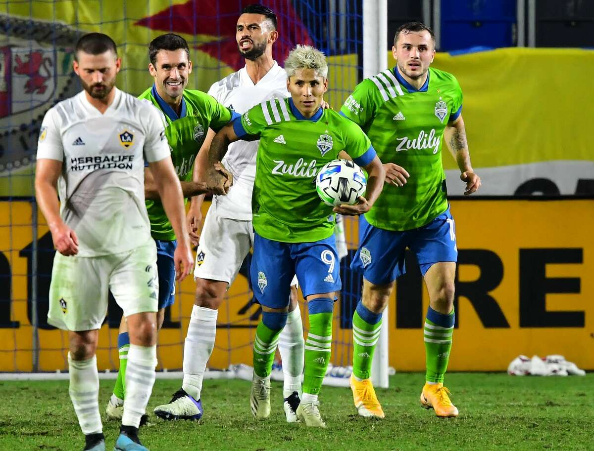 CARSON, CA - NOVEMBER 04: Raul Ruidiaz #9 of the Seattle Sounders holds on to the ball after he scored a goal in stoppage time to tie the score in the game at Dignity Health Sports Park on November 4, 2020 in Carson, California. (Photo by Jayne Kamin-Oncea/Getty Images)