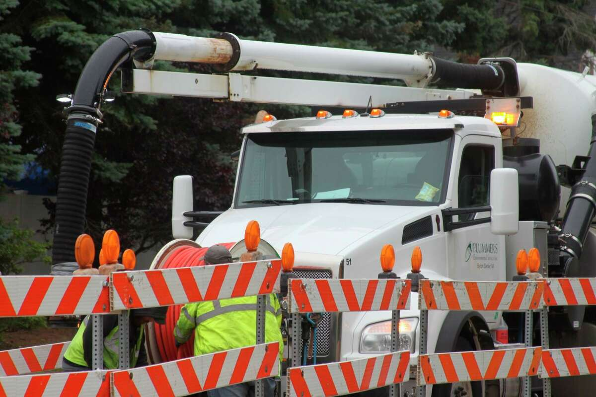 Barrels have been placed on the inner lanes of U.S. 31 from First Street to Ninth Street for sewer main upgrades. (Erin Glynn/News Advocate)