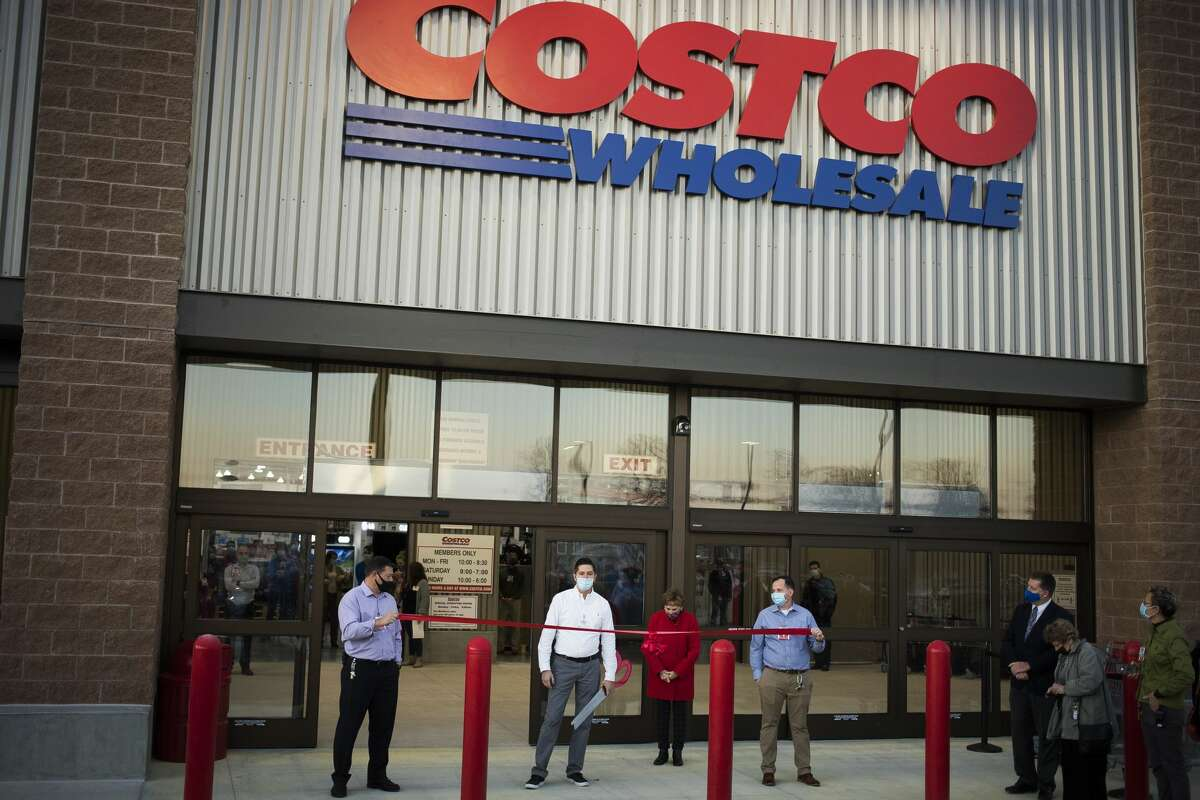 General Manager Mark Zuerner speaks during a ribbon cutting ceremony for the new Costco Thursday, Nov. 12, 2020 at 4816 Bay City Rd. in Midland. (Katy Kildee/kkildee@mdn.net)