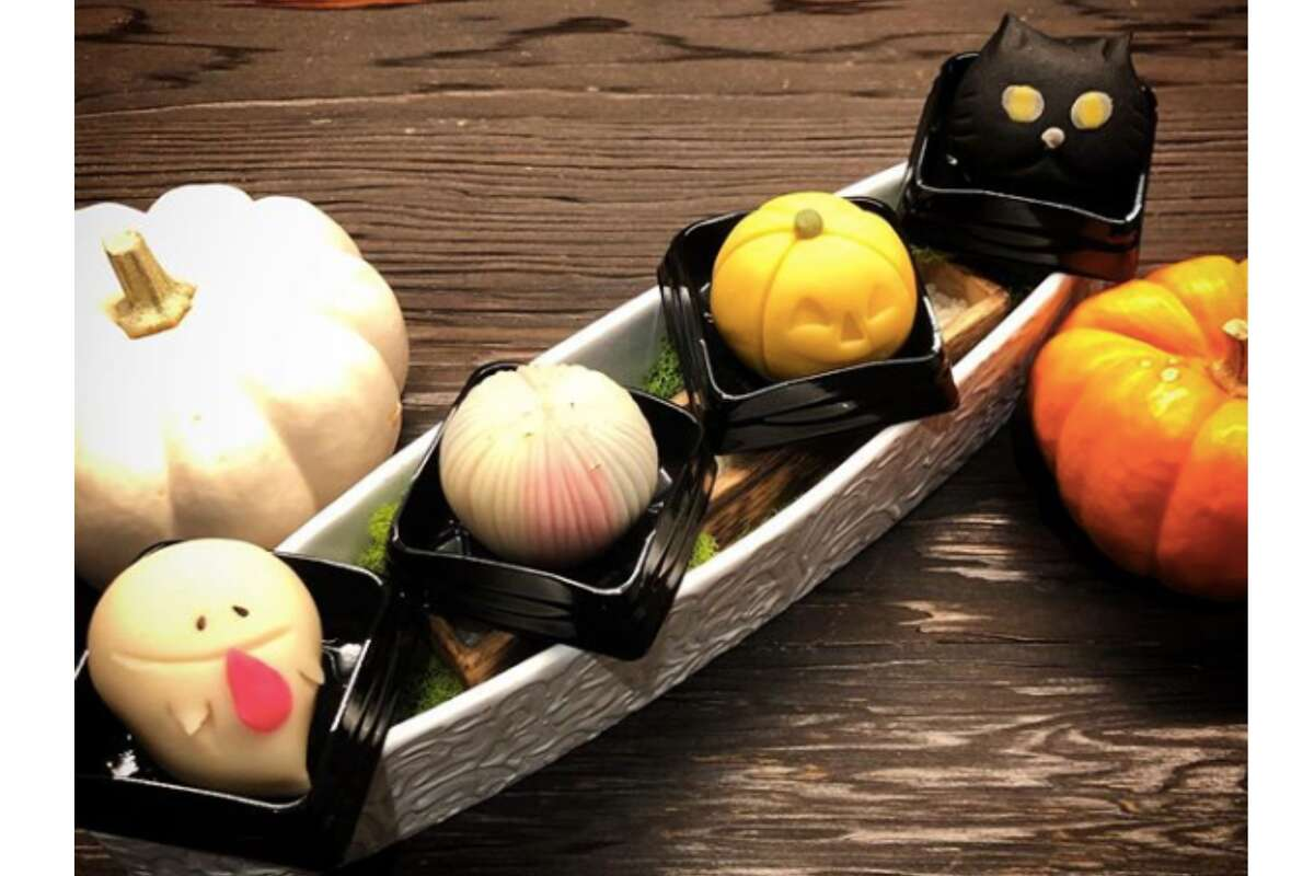A Halloween jogashi set created by Mana Sano. Jogashi are high-end Japanese confectionery, often served with tea.