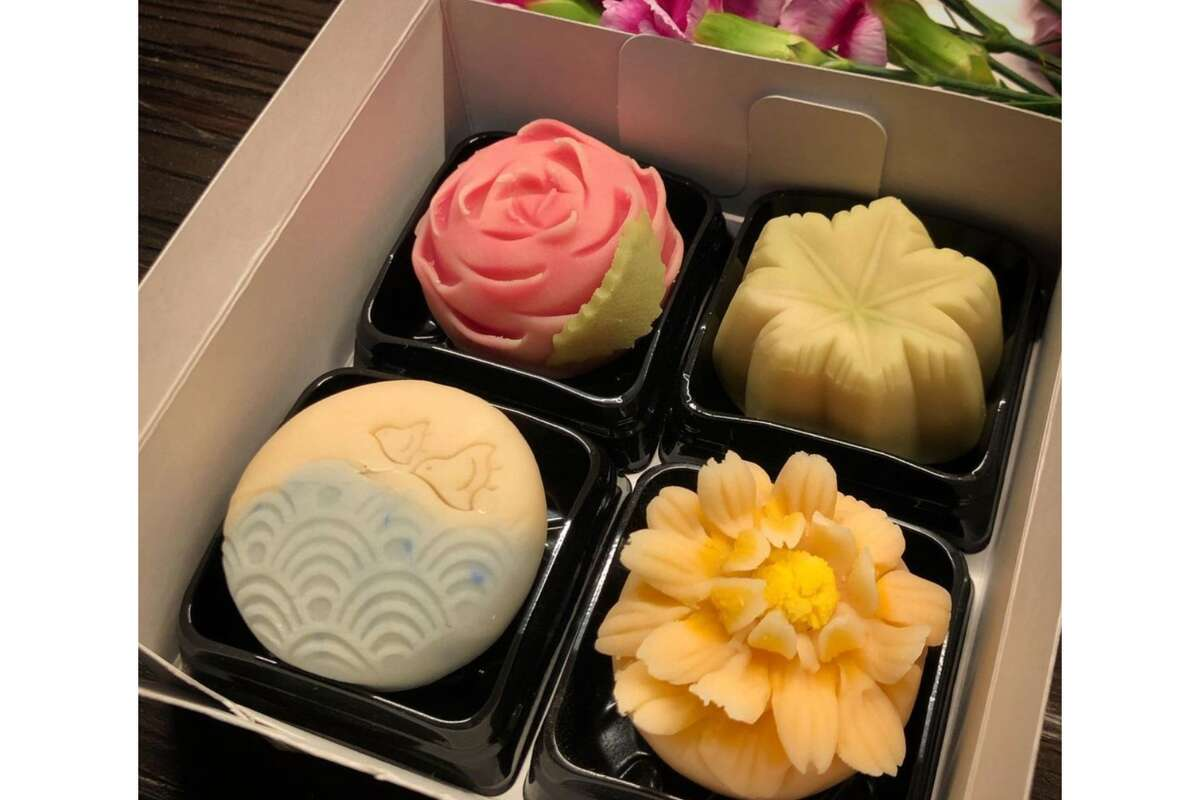 A spring/summer jogashi set created by Mana Sano. Jogashi are high-end Japanese confectionery, often served with tea.