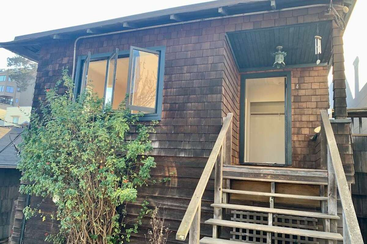 There are a total of ten other cottages around 932 Vallejo Street. The one-bedroom, one-bathroom home for rent is #4 and the listing says,