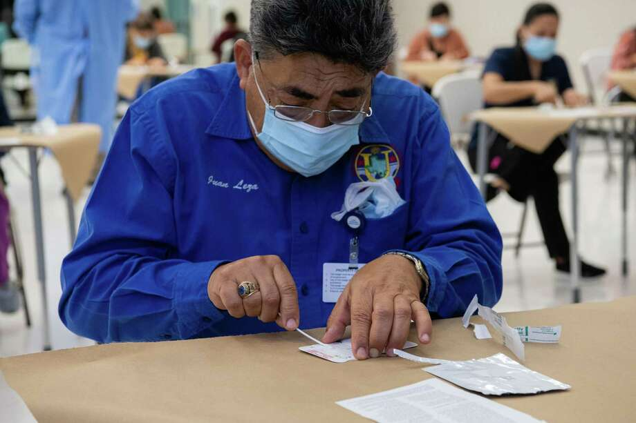 After a nasal swab, UISD staff insterted the swab into the rapid test kit and awaited instructions during their training. Photo: Christian Alejandro Ocampo / Laredo Morning Times