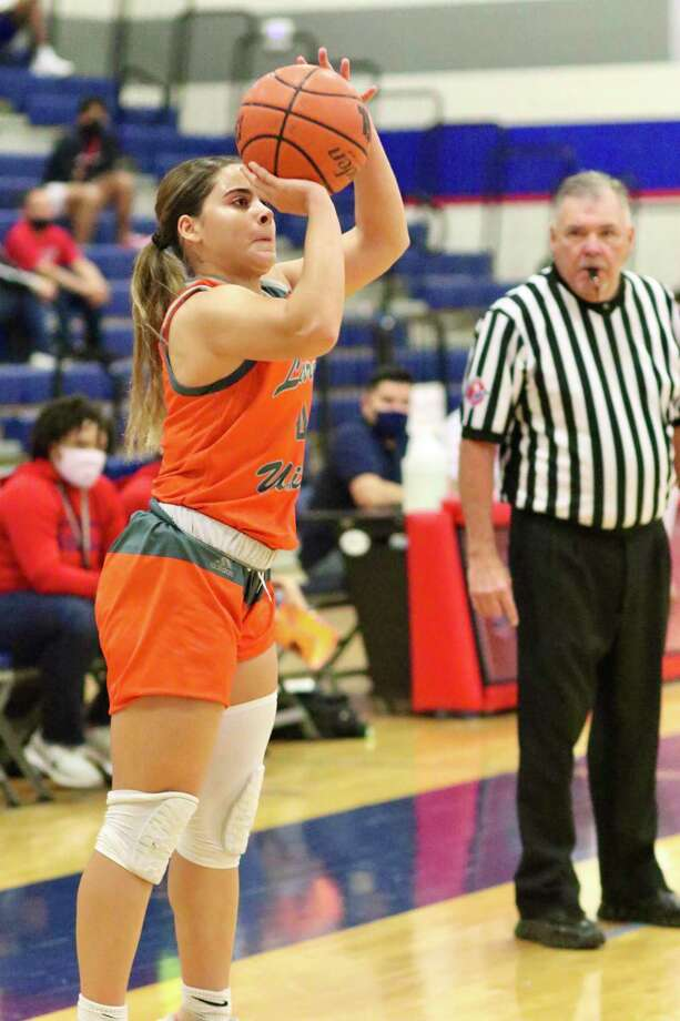 Evelyn Quiroz and the Lady Longhorns picked up their third straight victory on Saturday. Photo: Clara Sandoval /Laredo Morning Times