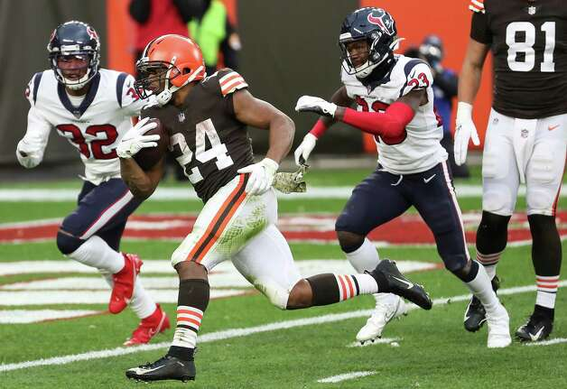 Cleveland Browns running back Nick Chubb (24) runs past Houston Texans free safety Eric Murray (23) cornerback Lonnie Johnson (32) on his way to a 9-yard touchdown run during the second half of an NFL football game at FirstEnergy Stadium Sunday, Nov. 15, 2020, in Cleveland. Photo: Brett Coomer, Staff Photographer / © 2020 Houston Chronicle