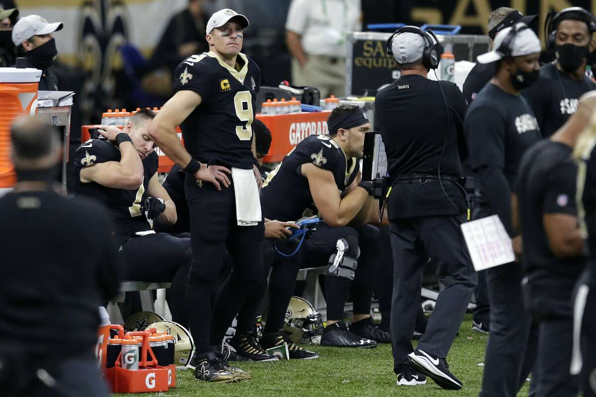 New Orleans quarterback Drew Brees watched the second half of Sunday's game from the sideline after suffering what the Saints said was a rib injury.