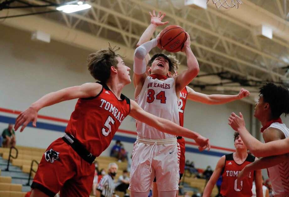 during the first quarter of a non-district high school basketball game at Oak Ridge High School, Tuesday, Nov. 17, 2020. Photo: Jason Fochtman, Houston Chronicle / Staff Photographer / 2020 © Houston Chronicle