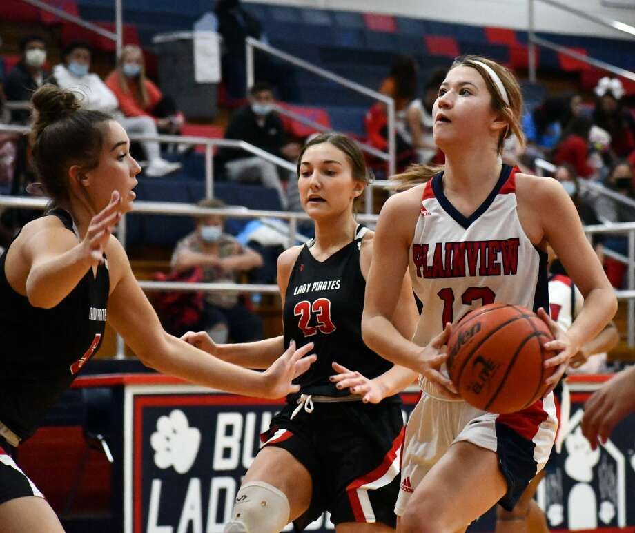 Plainview's Majik Esquivel takes the ball inside against a pair of Lubbock-Cooper defenders during their non-district girls basketball game on Tuesday, Nov. 17, 2020 in the Dog House at Plainview High School. Photo: Nathan Giese/Planview Herald