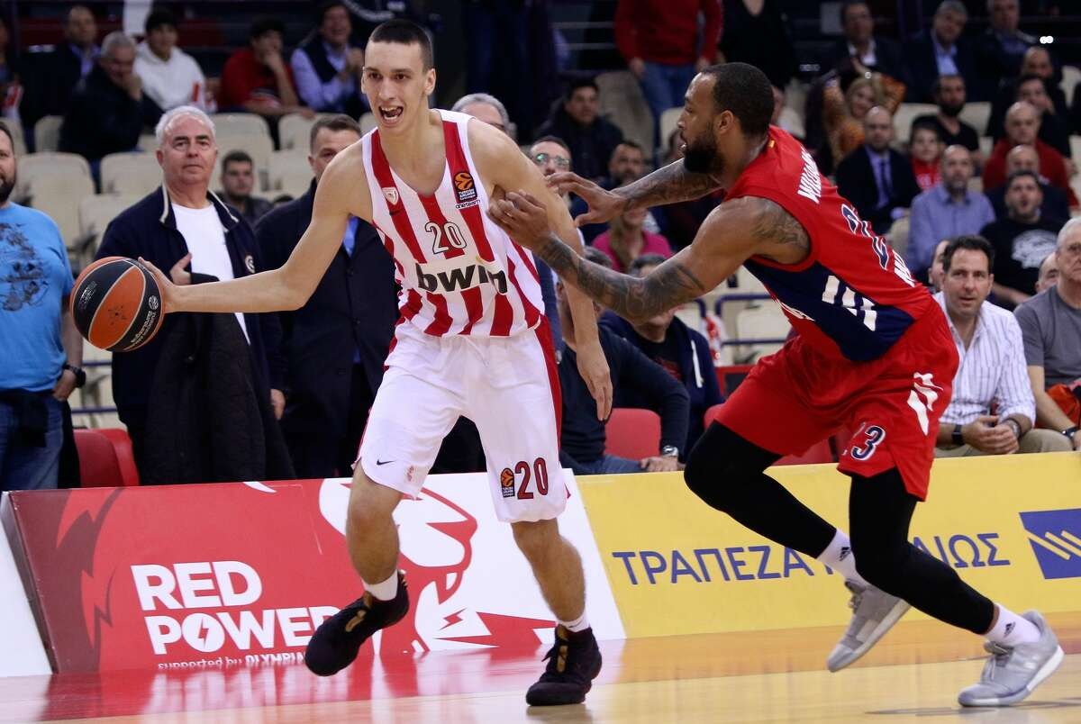 ATHENS, GREECE - MARCH 19: Aleksej Pokusevski, #20 of Olympiacos Piraeus competes with Derrick Williams, #23 of FC Bayern Munich during the 2018/2019 Turkish Airlines EuroLeague Regular Season Round 27 game between Olympiacos Piraeus and FC Bayern Munich at Peace and Friendship Stadium on March 19, 2019 in Athens, Greece. (Photo by Panagiotis Moschandreou/Euroleague Basketball via Getty Images)