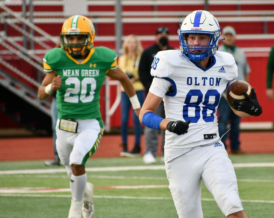 Olton's Bryson Ramage races up the field as New Deal's Arric Mares looks on during their Class 2A Division I bi-district championship game on Nov. 12, 2020 in Lobo Stadium in Levelland. Photo: Nathan Giese/Planview Herald