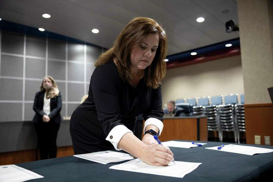 Theresa Wagaman, newly elected position five member filling the seat formerly held by Scott Kidd, signs an oath during a CISD board meeting held in the Deane L. Sadler Administration Building, Tuesday, Nov. 17, 2020, in Conroe. Photo: Gustavo Huerta, Houston Chronicle / Staff Photographer / 2020 © Houston Chronicle