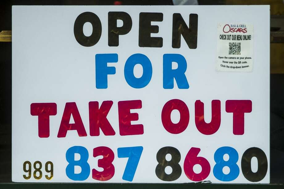 Takeout is advertised at Oscar's Bar & Grill Wednesday, Nov. 18, 2020 in Midland. (Katy Kildee/kkildee@mdn.net) Photo: (Katy Kildee/kkildee@mdn.net)