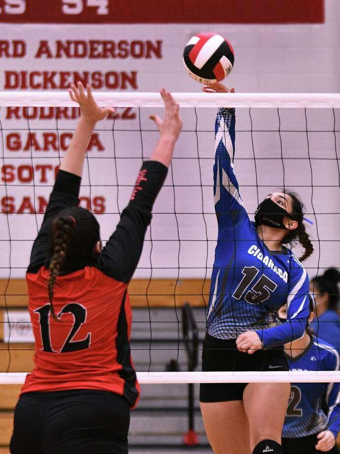 Tishelle Fuentes and Martin face Flour Bluff at 6 p.m. Friday to open the playoffs, and Roxane Camarillo and Cigarroa play C.C. Veterans Memorial at noon Saturday. Photo: Cuate Santos / Laredo Morning Times / Laredo Morning Times