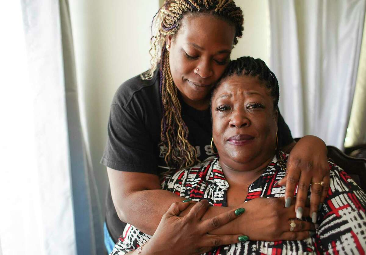 Pecora, left, and Yucrecia Sanders in Houston on Wednesday, Nov. 11, 2020. Yurone Kinney, son and brother to Yucrecia and Pecora, was murdered in August, and they say they don't know where the case stands.