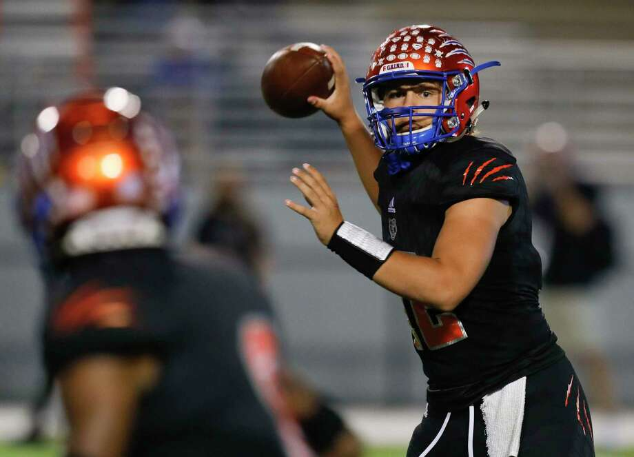 Grand Oaks quarterback Hudson Hamilton and the Grizzlies can clinch their first-ever playoff berth this week. Photo: Jason Fochtman, Houston Chronicle / Staff Photographer / 2020 © Houston Chronicle